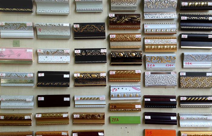 Khung tranh gỗ trên thị trường rất đa dạng về mẫu mã và mức giá