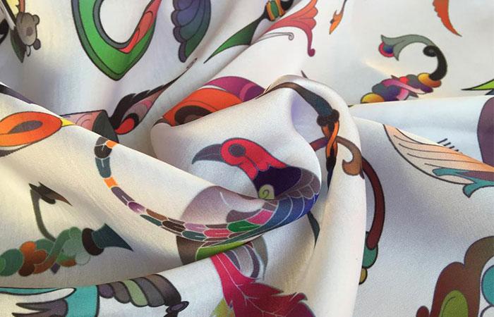 Vải silk là loại vải có bề mặt bóng và thể hiện mực in rất tốt