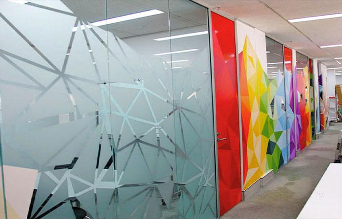 Decal kính mờ sẽ tạo khoảng riêng tư cho không gian làm việc